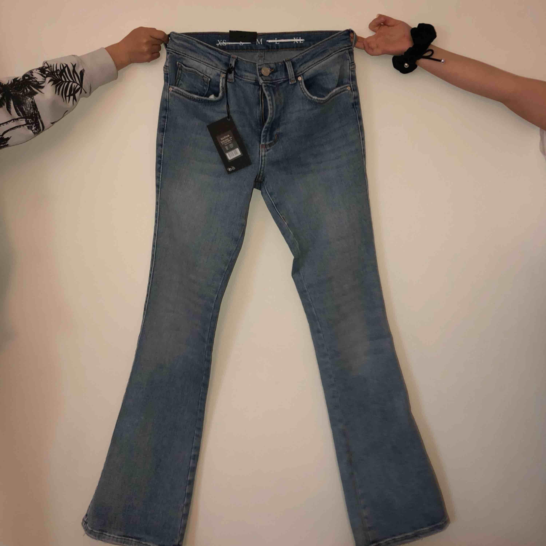 """Helt nya oanvända jeans från Bikbok. Flare mid waist flared leg, M-33"""" lenght.  Kommer inte till användning och prislapparna sitter kvar. Nypris 599. Frakt tillkommer. Jeans & Byxor."""