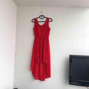 En röd och julig klänning som också kan användas på sommaren. Lite längre där bak och bekvämt tyg. Aldrig använd eftersom den är för stor.