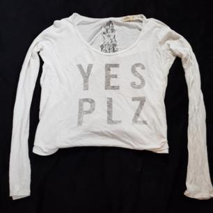 Säljer en tröja från hollister i strl M. Den är lite liten i storleken. Köparen står för frakten😊