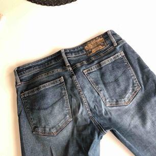 Blå jeans från Crocker! Köpta på JC för 600kr använda 2 gånger då dom är för små för mig:(  Superfin färg, svårt att få på bild... kan inte frakta så kan mötas i jkpg eller runt om! Eller eventuellt lämna i ett fack på A6
