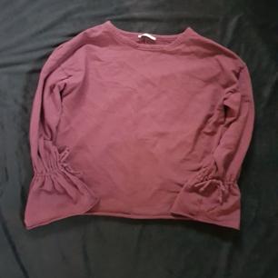 Säljer en tröja från Zara i strl S. Den är typ som en hoodie då det är ett rätt så tjockt tyg. Köparen står för frakten😊