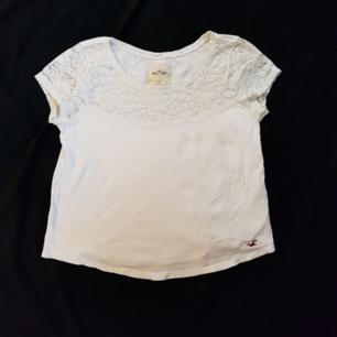 Säljer en hollister t shirt i strl S. Endast använd några gånger och i bra skick! Köparen står för frakten😊