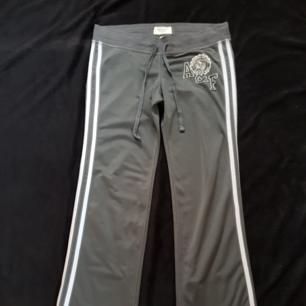 Säljer ett par gråa Aberceombie and Fitch byxor i strl S. Nästan aldrig använda och bra skick. Köparen står för frakten!😊