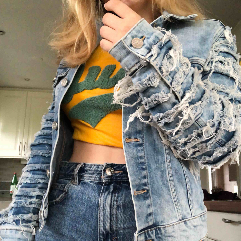 Originell jeansjacka från BikBok! Lite stretchigt material, både bekväm och snygg ⚡️Inklusive frakt!!. Jackor.