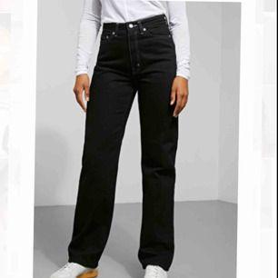 Säljer dessa jeans från Weekday i modellen Row i storlek 24 (midja) 30 (längd). Jeansen är i bra skick och nypriset är 500kr men säljer för 250kr, köparen står för frakten men kan annars mötas upp i centrala Stockholm :)