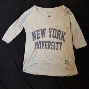 Säljer en tröja från Fishbone i strl XS. Den passar även som S. Använd men i bra skick😊  Köparen står för frakten😊