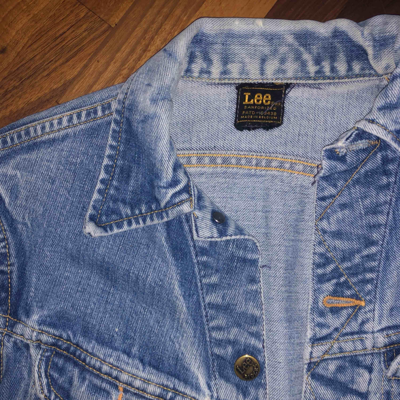 Äkta vintage Lee jeansjacka! Lite slitningar (bild 3) men ser nästan ut som om det är meningen och tycker det ger den en mer vintage-känsla! 🦋 Frakt tillkommer.. Jackor.