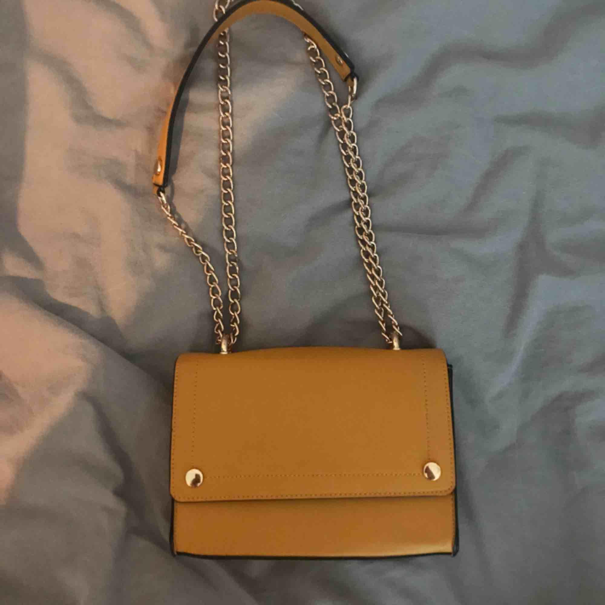 Jag säljer en gul väska från River Island. Den är i väldigt bra skick och är används endast några få gånger. Köparen står för frakten.. Väskor.