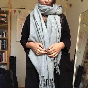 Grå halsduk från monki