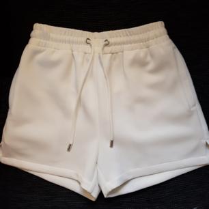Säljer ett par vita shorts från DR.Denim Jeansmakers i strl XS. Endast testade en gång men annars aldrig använda. Köparen står för frakten!😊