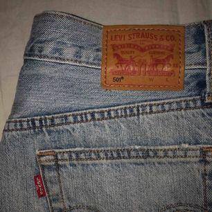 Säljer mina Levi's 501 shorts. Hade inte sålt dom om jag inte växt ur dom för dom är så snygga och perfekta nu till sommaren! Dom är i storlek W26 och kostar 200kr + frakt (eller högsta bud)!!!