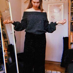 Stickad tröja från h&m med ballongärmar. Kan bäras både som off the shoulder-top och som på andra bilden. Jag bjuder på frakten!
