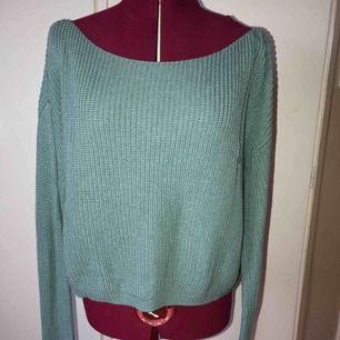 Säljer en stickad tröja från Josefin Ekström för NAKD i S, den har en liten maska på framsidan därav priset.   Kan antingen skickas med Postnords L förpackning med porto för 79 kr eller med Postnords Skicka Direkt för 63 kr som är spårbar.
