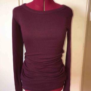 Säljer en jättefin lila klänning från Gina Tricot i storleken S. Den slutar ovanför knäna och är knappt använd.   Kan antingen skickas med Postnords M förpackning med porto för 59 kr eller med Postnords Skicka Direkt för 63 kr som är spårbar.