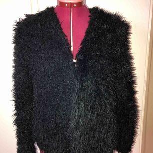 Säljer en fluffig jacka/kofta från Gina Tricot i storlek S.  Kan antingen skickas med Postnords L förpackning med porto för 79 kr eller med Postnords Skicka Direkt för 63 kr som är spårbar.