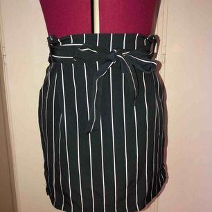 En jättesöt kjol med knyte från Pull & Bear i storlek M, aldrig använd.   Kan antingen skickas med Postnords S förpackning med porto för 42 kr eller med Postnords Skicka Direkt för 63 kr som är spårbar.