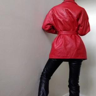 ❤ röd läder kappa ❤  passar nog alla, sitter så fint oversized!