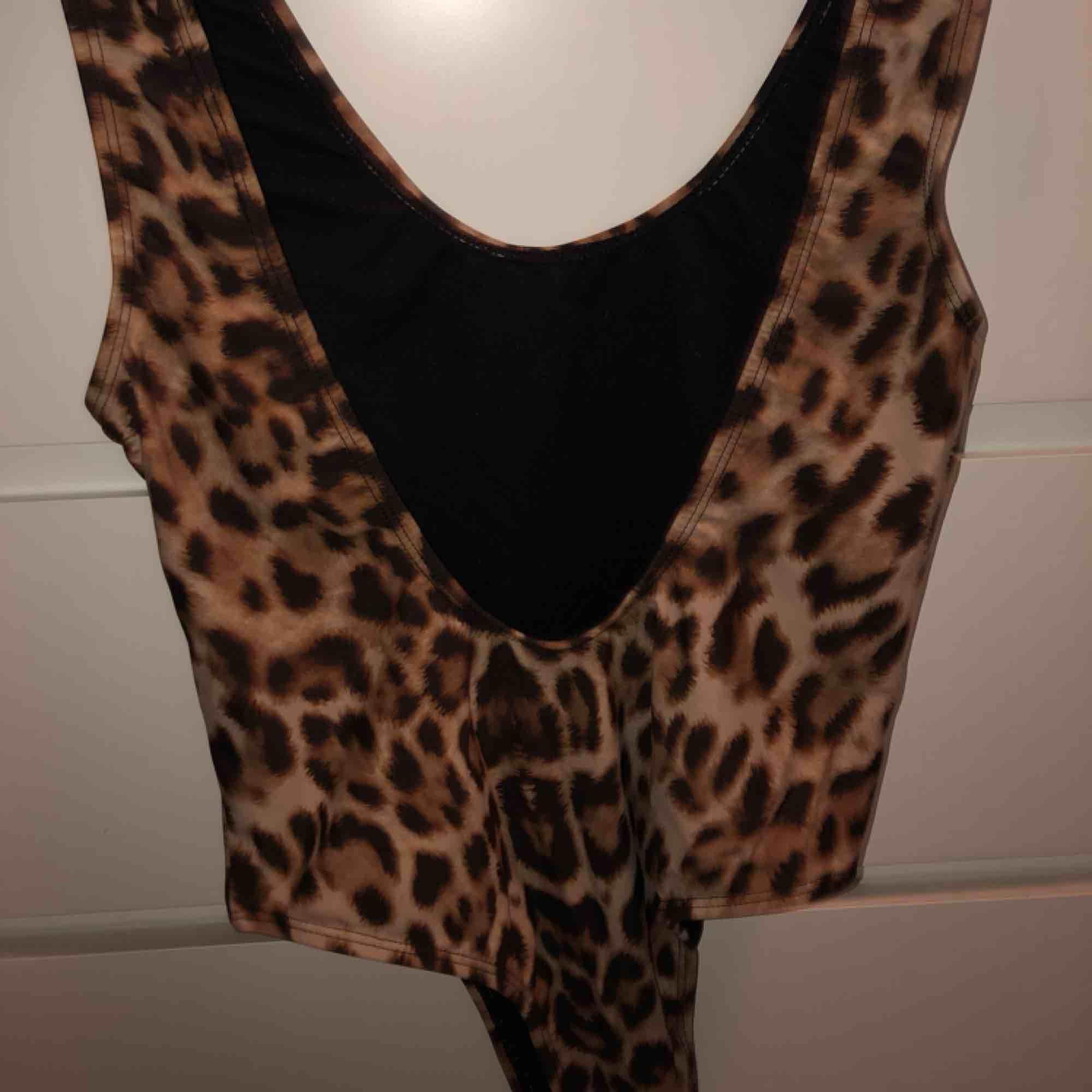 En snygg leopard baddräkt i storlek xs , bara använd för att testa. Nypris 249 kr från na-kd säljer den nu för 100 kr. . Övrigt.