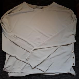Säljer en jättesnygg grå/bärs tröja från Zara. Fint skick och endast använd ett fåtal gånger. Köparen står för frakten☺️😊