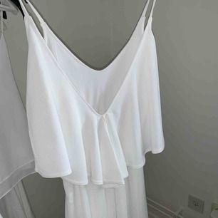Jättefin klänning från Nelly med djup rygg.  Använd vid ett tillfälle. Har en liten liten fläck, därav billig. :-)