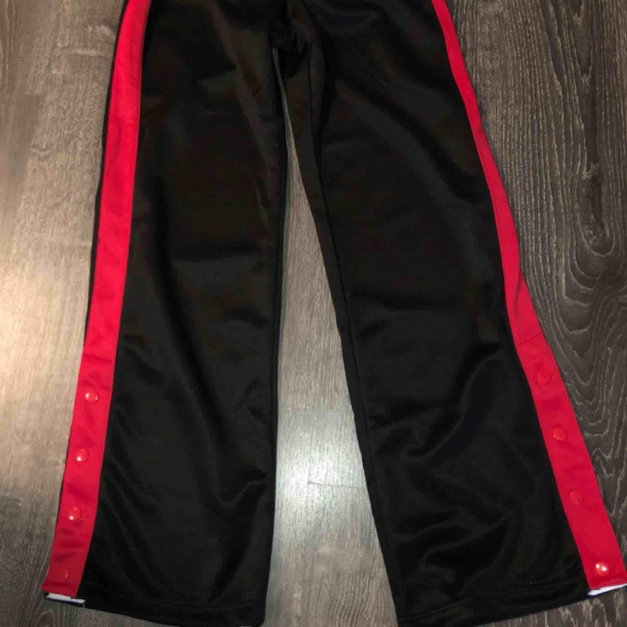 Ett par bootcut mjukisbyxor från Ullared. Nypris 200 kr säljer nu för 90 kr. Använda en gång bara.   OBS- katt finns i hemmet . Jeans & Byxor.