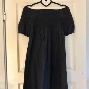 Fin off shoulder-klänning. Svart/mörkblå i färgen. Använd 1 gång. Köparen står för fraktkostnad.