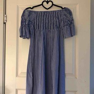 Fin off shoulder-klänning. Aldrig använd. Köparen står för fraktkostnad.