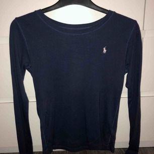 En super fin Raphl Lauren tröja. Mycket fint skick på tröjan. Bara använt några gånger. Nypris 350 kr , jag Säljer för 150 kr.  OBS-katt finns i hemmet