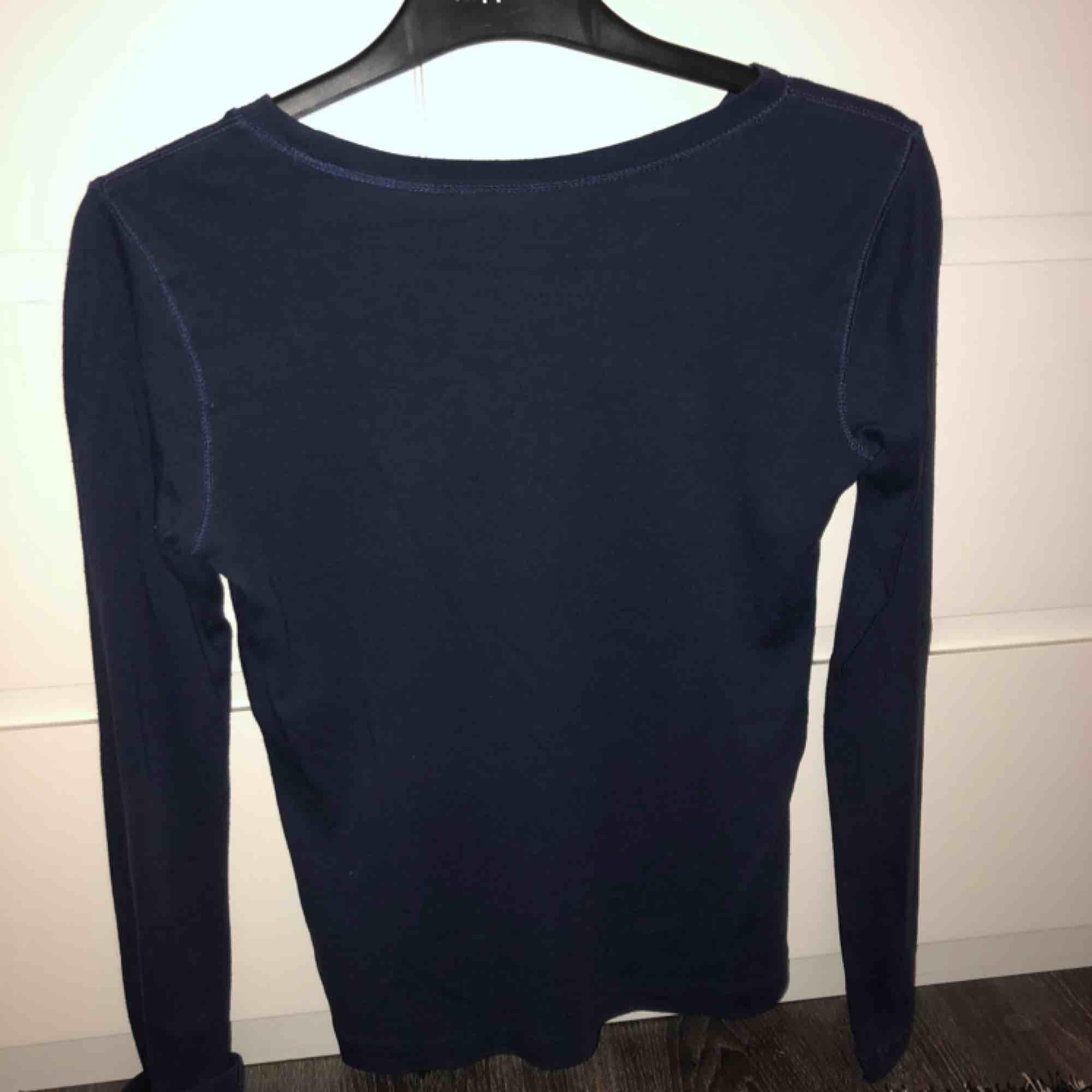 En super fin Raphl Lauren tröja. Mycket fint skick på tröjan. Bara använt några gånger. Nypris 350 kr , jag Säljer för 150 kr.  OBS-katt finns i hemmet  . Tröjor & Koftor.