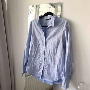 Snygg skjorta från Lindex i storlek 42. Riktigt skönt material, brukar ha den öppen över en klänning som en lite oversize boyfriend style skjorta då jag vanligtvis är en 36a. Frakt ingår!