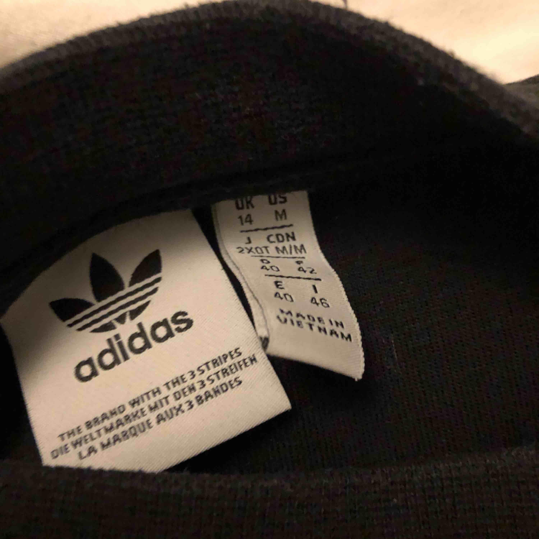 Oversize adidas tröja. Köparen står för frakten. ✨. Huvtröjor & Träningströjor.