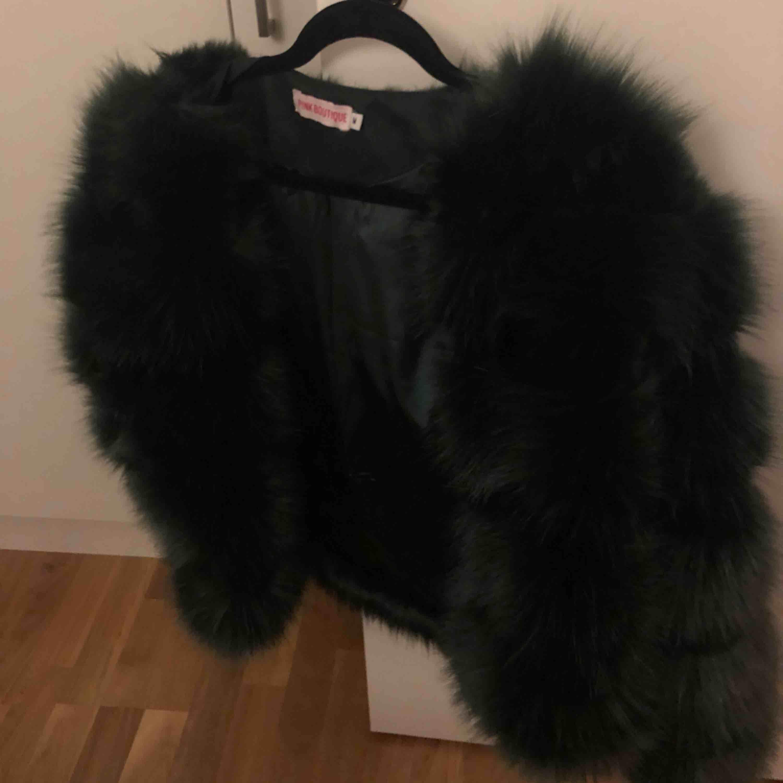 Jätte fin jacka från chiquelle, knappt använd. Färgen är den mörkgrön! Köparen står för frakt.. Jackor.