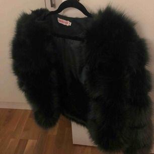 Jätte fin jacka från chiquelle, knappt använd. Färgen är den mörkgrön! Köparen står för frakt.