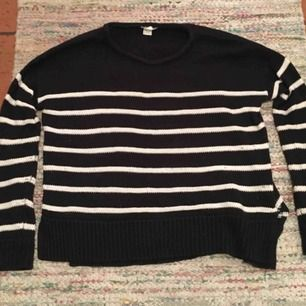 Säljer en stickad tröja i färgen svart och vit. Mycket fin i skick.