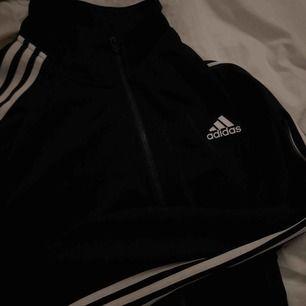 Adidas zip jacka :) köparen står för frakt.