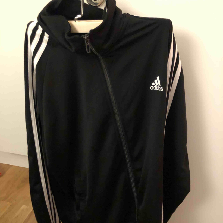 Adidas zip jacka :) köparen står för frakt. . Huvtröjor & Träningströjor.