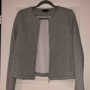 Mysig tröja med dragkedja. Köparen står för fraktkostnad.