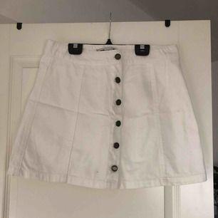 Fin kjol med knappar fram. Skall sitta högt, typ vid naveln. Använd 2 gånger. Superbra skick. Köparen står för fraktkostnad.