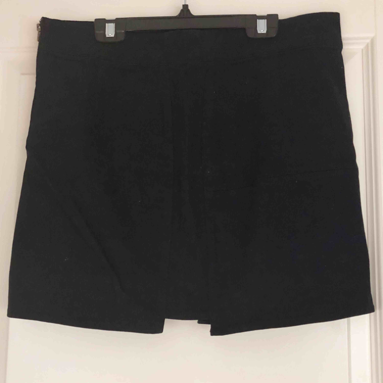 Fin kjol med snygg detalj både fram och bak - en liten ruta utskuren. Aldrig använd då den var för liten för mig. Köparen står för fraktkostnad. . Kjolar.