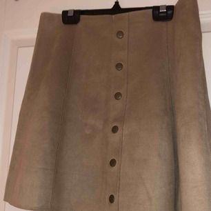 Superfin kjol i mocka. Använd 1 gång. Köparen står för fraktkostnad.