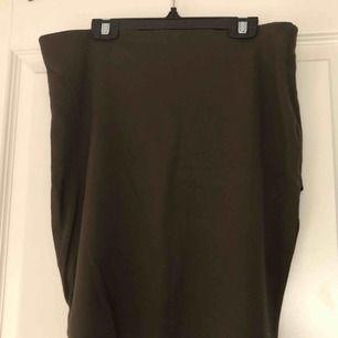 Tajt sittande kjol, väldigt basic. I fint skick. Köparen står för fraktkostnad.