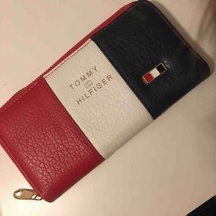 TOMMY HILFIGER plånbok Endast använd några få gånger!