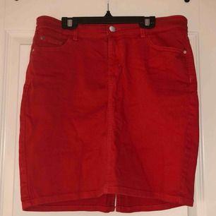 Sjukt fin röd jeanskjol. Använd 1 gång. Köparen står för fraktkostnad.