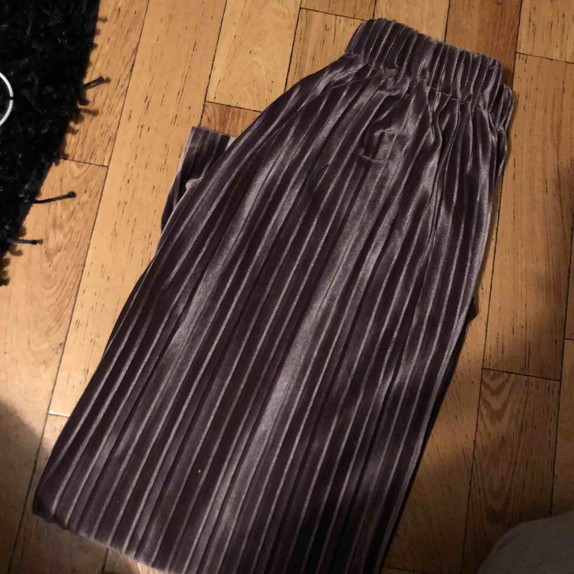 """Ett par fräna """"hippie"""" mysbyxor , ( i sammet mycket skönt material) Storlek S men funkar som XS också. Använda några gånger. Nypris 250 , jag säljer för 90 kr.  OBS- katt finns i hemmet . Jeans & Byxor."""