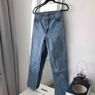 Högmidjade jeans från Monki i storlek W27. Supersnygga verkligen, har tyvärr blivit för små för mig. Frakt ingår!