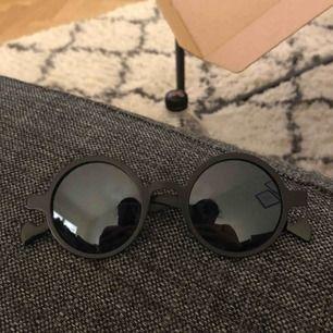 Fina runda solglasögon.