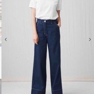 Säljer ett par super snygga byxor ifrån Arket, marinblåa med vita sömmar samt knapp. Storlek 36 Säljer då dem är för små för mig Ordinarie pris: 800kr Använda max 3 gånger så är så gott som nya.