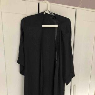 """Svart silkes """"morgonrock"""" från HM. Väldigt skönt tyg, knappt använd. Nypris är ungefär mellan 200-300 men jag säljer den för 50:-, frakt tillkommer!"""