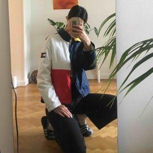 Tommy Hilfiger-jacka köpt på Humana! Asbra skick  & perfekt till hösten/vintern 🥂 står XL på lappen men jag skulle säga att den passar en s/m om  man vill ha den lite oversize & kanske L/XL om de sk vara tightare & mer croppad typ🥰🥰 Pris kan diskuteras