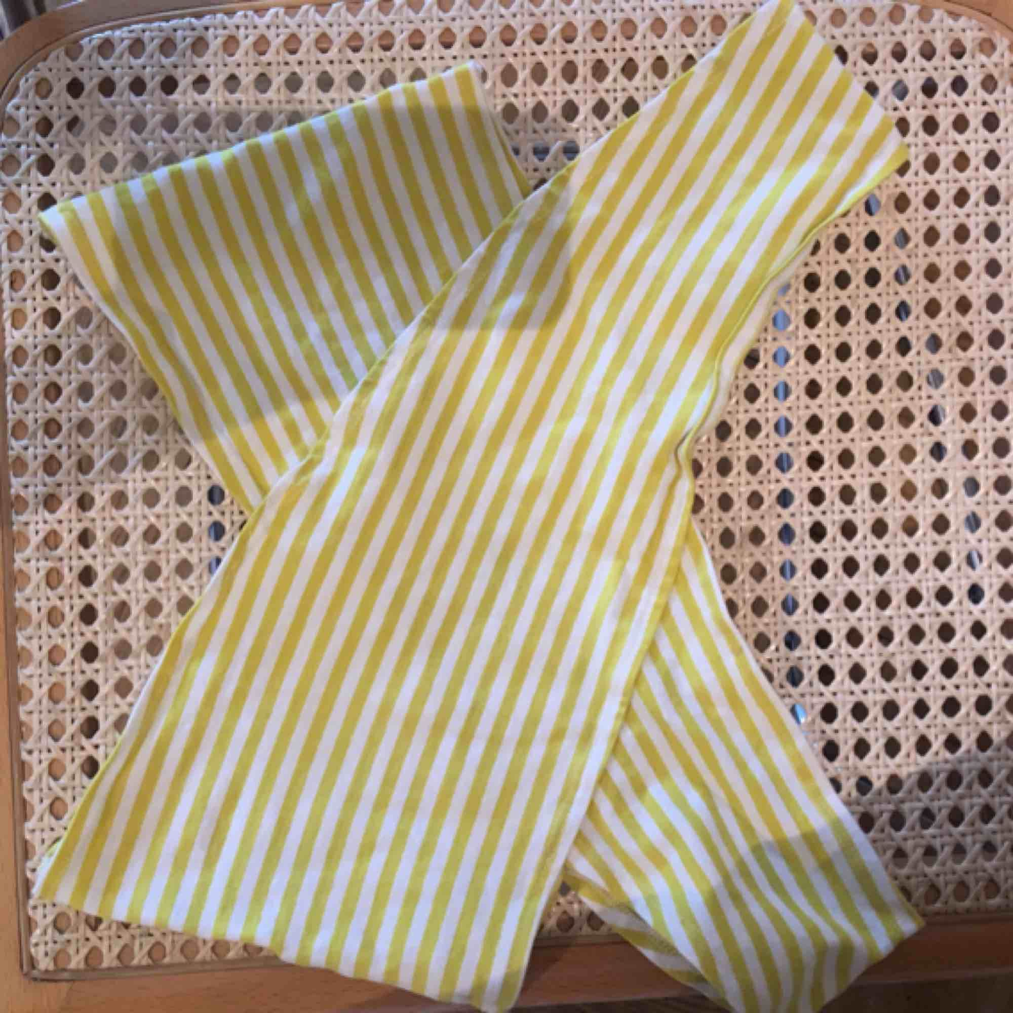 Jättesöt sommar-topp från Gina tricot i strl m men tyget e så pass stretchigt så skulle säga att den passar XS-L. Färgen kommer inte riktigt fram på bilderna men den är vit och typ neongulgrön 💛💚. Toppar.